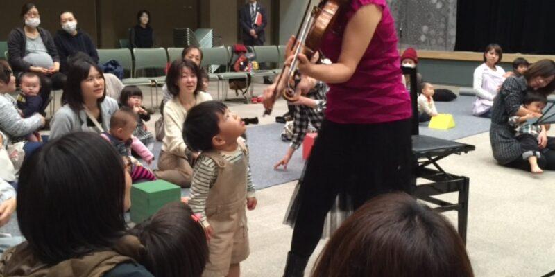 豊岡音楽祭「おんぷの祭典」で小さな子どものためにコンサートでの演奏風景